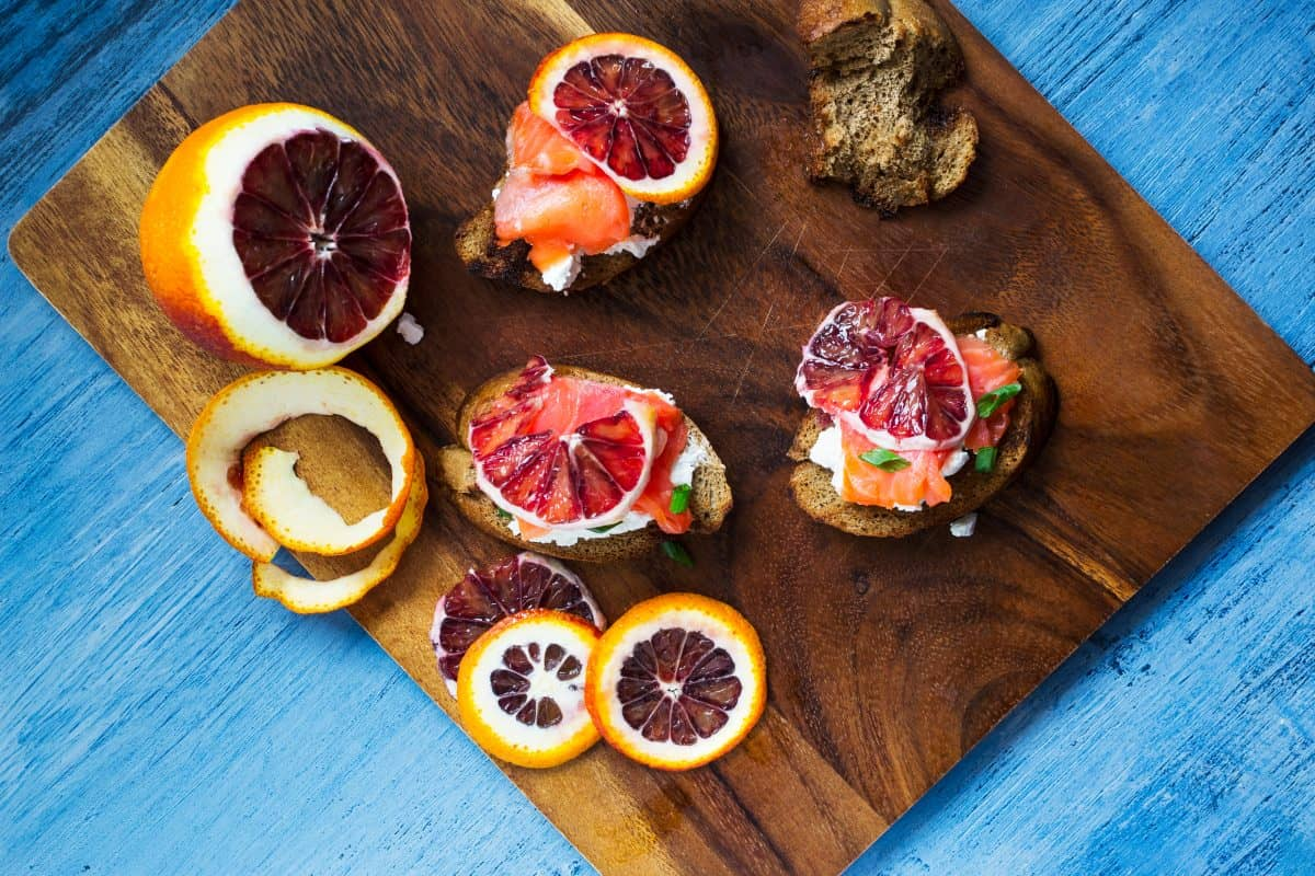 salmon-and-blood-orange-bruschettas,niedobór żelaza dieta