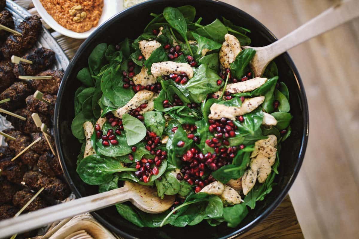 spinach-pomegranate-and-chicken-salad,żelazo w diecie